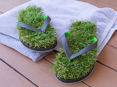 Grass Flip Flops: Synthetic Grass Sandals - Black