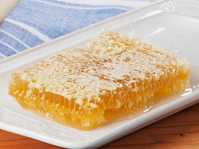 Savannah Bee: Honeycomb Acacia Tray, 12 oz
